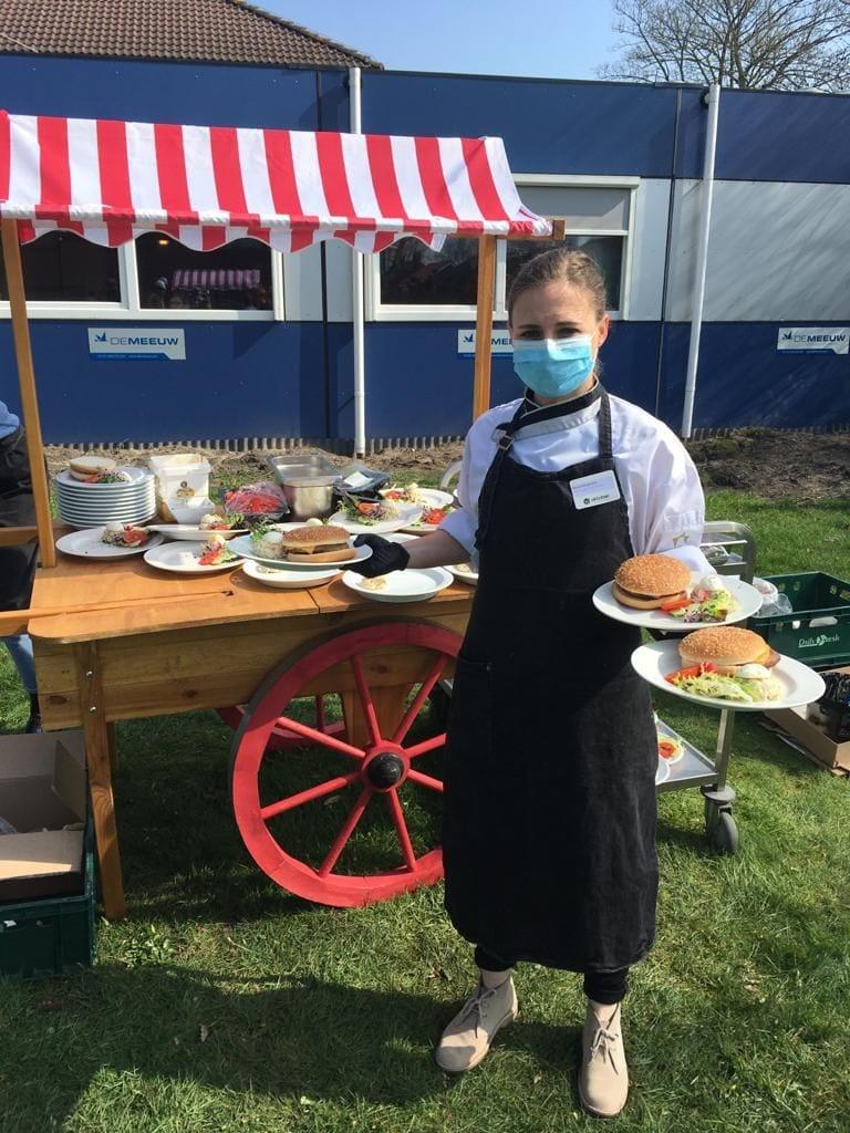 Hamburgers voor de bouwvakkers, bewoners en medewerkers.